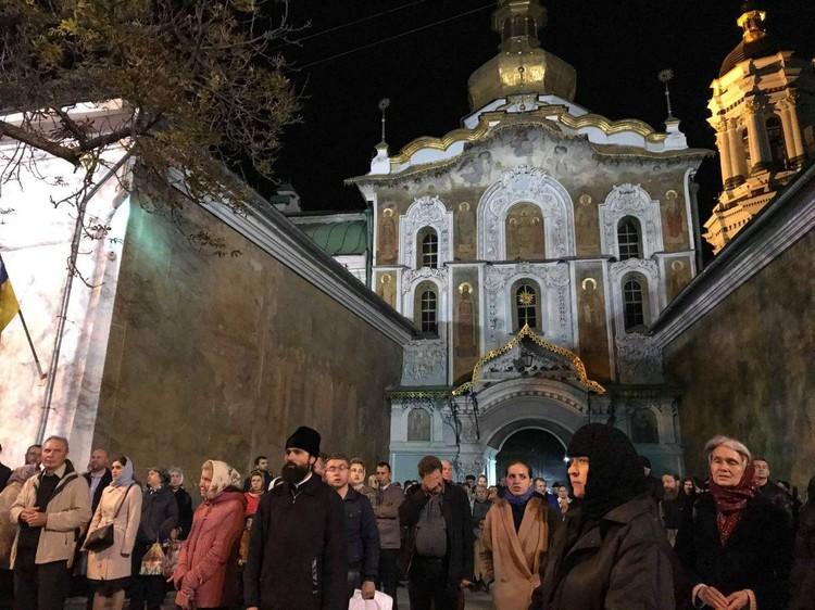 Стихийный молебен защитников лавры у входа в монастырь. ФОТО Арина СУВОРОВА