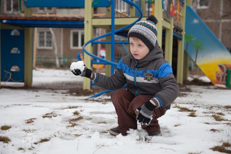 Для снеговика снега маловато, а вот для игры в снежки самое то.