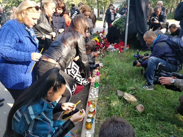 Керчане приносят свечи и цветы.
