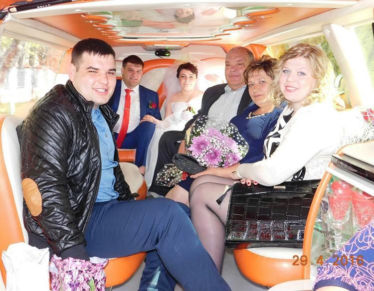 Незадолго до гибели Павел (крайний слева) со своей девушкой (крайняя справа) и родными на свадьбе друзей. А через несколько месяцев он и сам должен был жениться