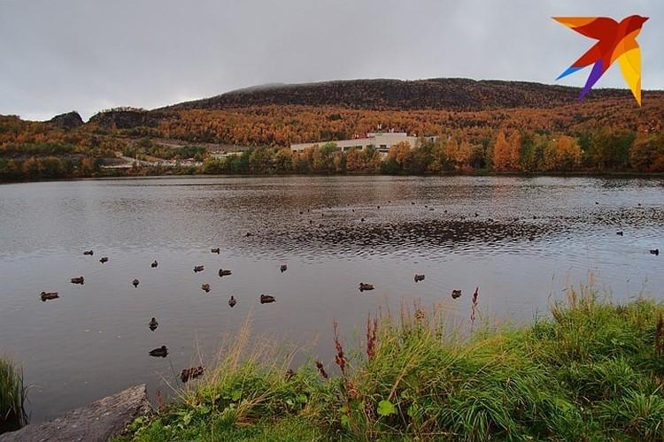"""Мурманское Ледовое озеро легко узнать по большому утесу на западном берегу, который напоминает великана, лежащего на спине. Фото: архив """"КП"""""""