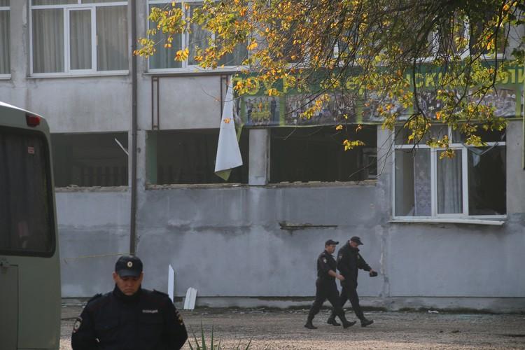На территории взорванного корпуса все еще работают правоохранители