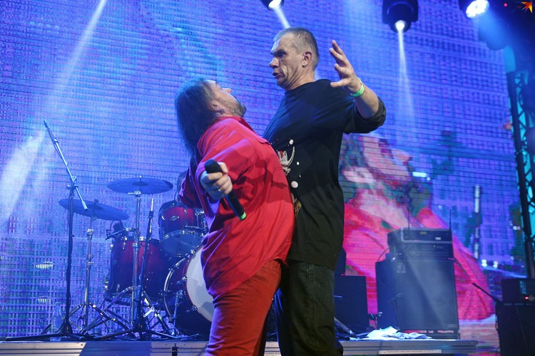 Группа Neuro Dubel с полутора десятком музыкантов отыграла концерт в память об Александре Куллинковиче
