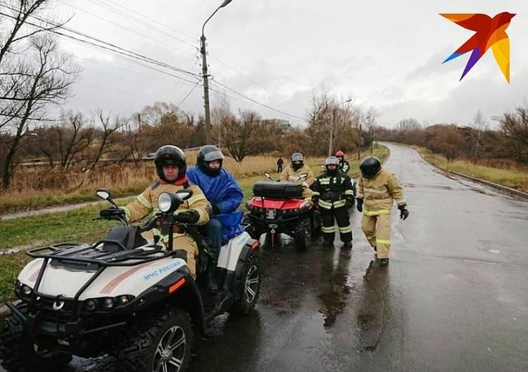 В поисках участвует мобильный спасательный комплекс, оснащенный квадроциклами и мотоциклами