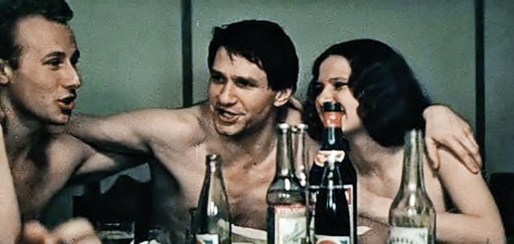 Первая большая роль Игоря Бочкина (в центре) в кино: аморальный секретарь райкома ВЛКСМ в «ЧП районного масштаба».