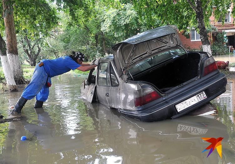Лето 2012 года. Спасатели в затопленном Крымске.