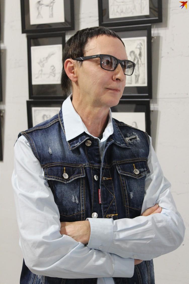 Во время интервью маэстро Шклярский расхаживал по галерее и увлеченно рассказывал о своих работах.