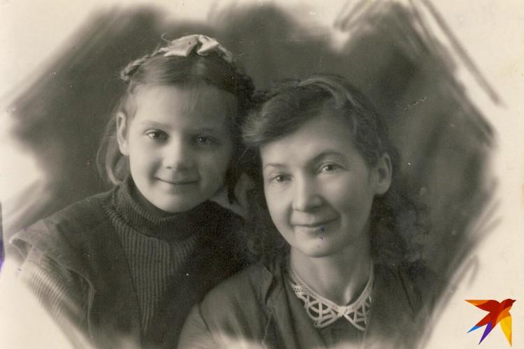 Маленькая Зина с мамой Марией Филипповной Бондаренко в 1948 году. Фото: Личный архив