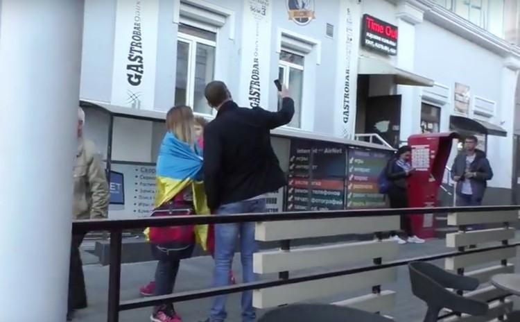 Симпатичная девушка привлекла внимание любителей селфи. Фото: кадр видео.