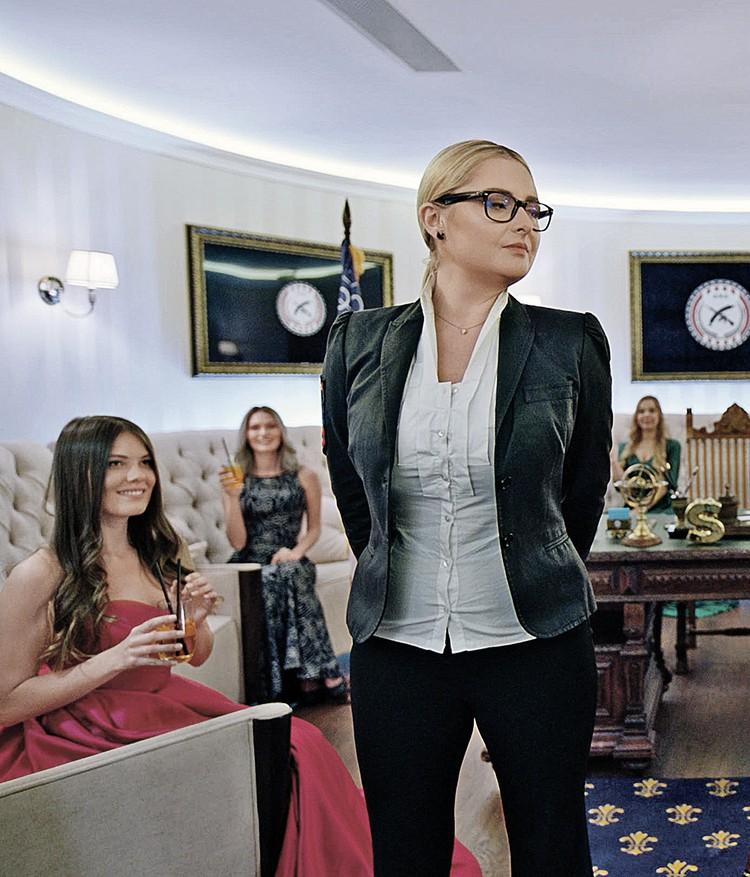 Дочь писателя Елена Задорнова (стоит) согласилась на роль советницы президента. ФОТО: кадр из фильма