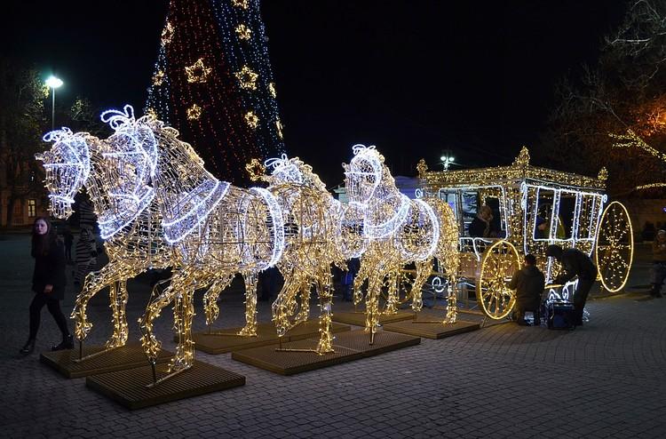 Города уже начали наряжать к новогодним праздникам.