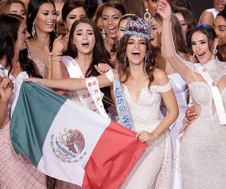 Ванесса Понсе де Леон с флагом родной Мексики.