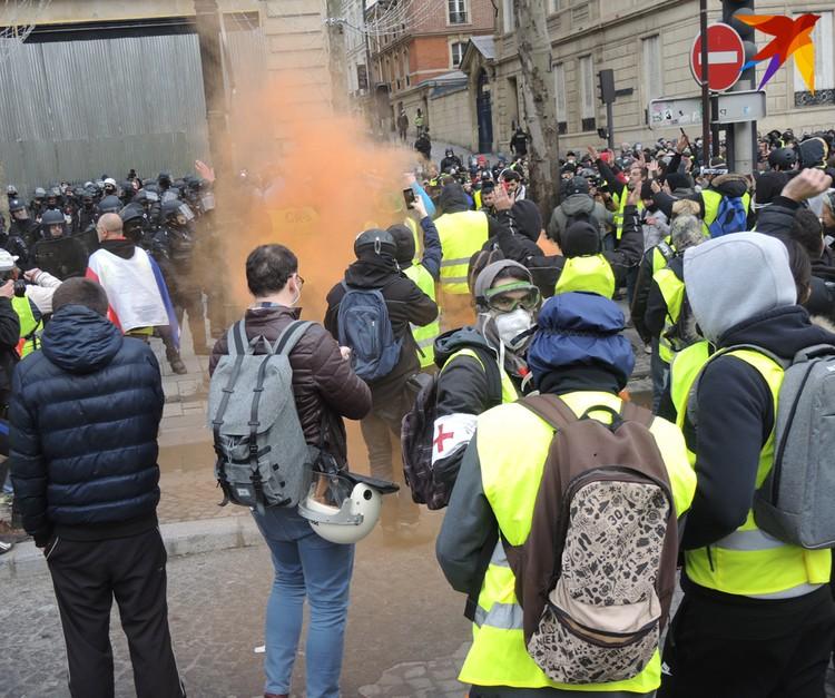 Столкновение полицейских и «желтых жилетов» около Триумфальной арки
