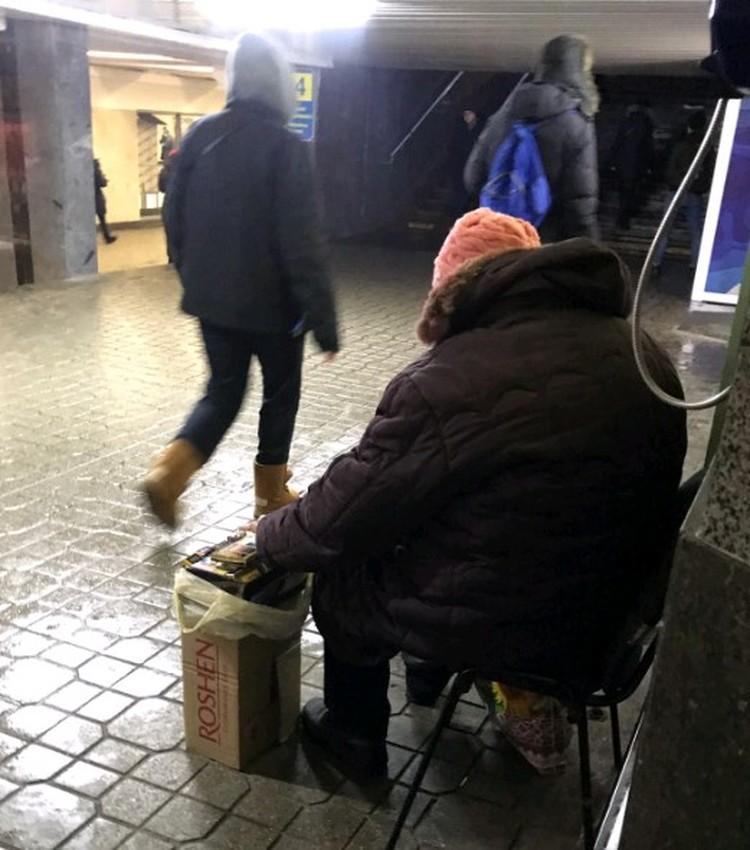 В киевских переходах. Прямо рядом с ларьками с символикой независимости, флагами и вышивками живут нищие. Про них шутят - все ждут 3-го Майдана.