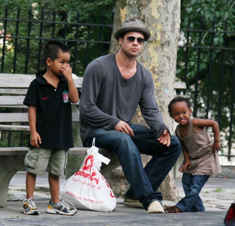 Каждый год в семье Джоли и Питта появлялось по ребенку. В 2005 году они удочерили темнокожую Захару, в 2006 родилась их родная дочь Шайло.