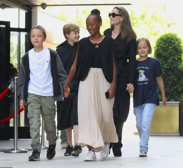 Анджелина настаивала на единоличной опеке над детьми.