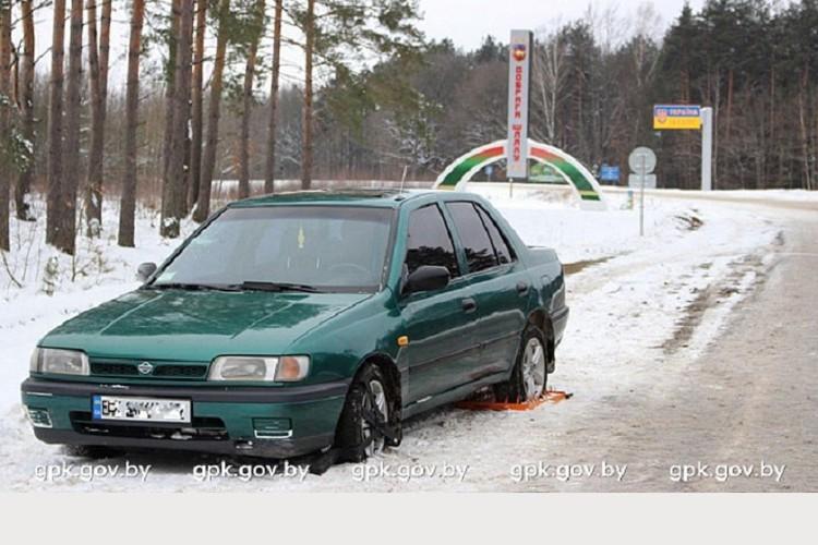 Нарушители не доехали до белорусского пункта пропуска около 50 метров. Фото: Госпогранкомитет.