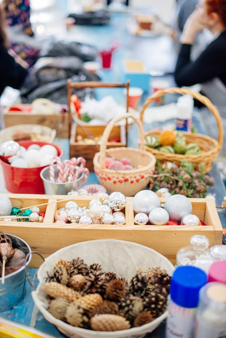 Для украшения подойдут конфеты, шишки, сушеные дольки лимона и игрушки. Фото: Екатерина ПАШНИНА.