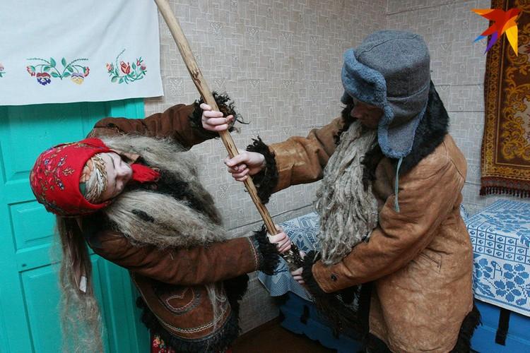 В деревне Семежево Копыльского района Дед и Баба могли и побиться - но только в рамках обряда. Фото: Татьяна КУХАРОНАК