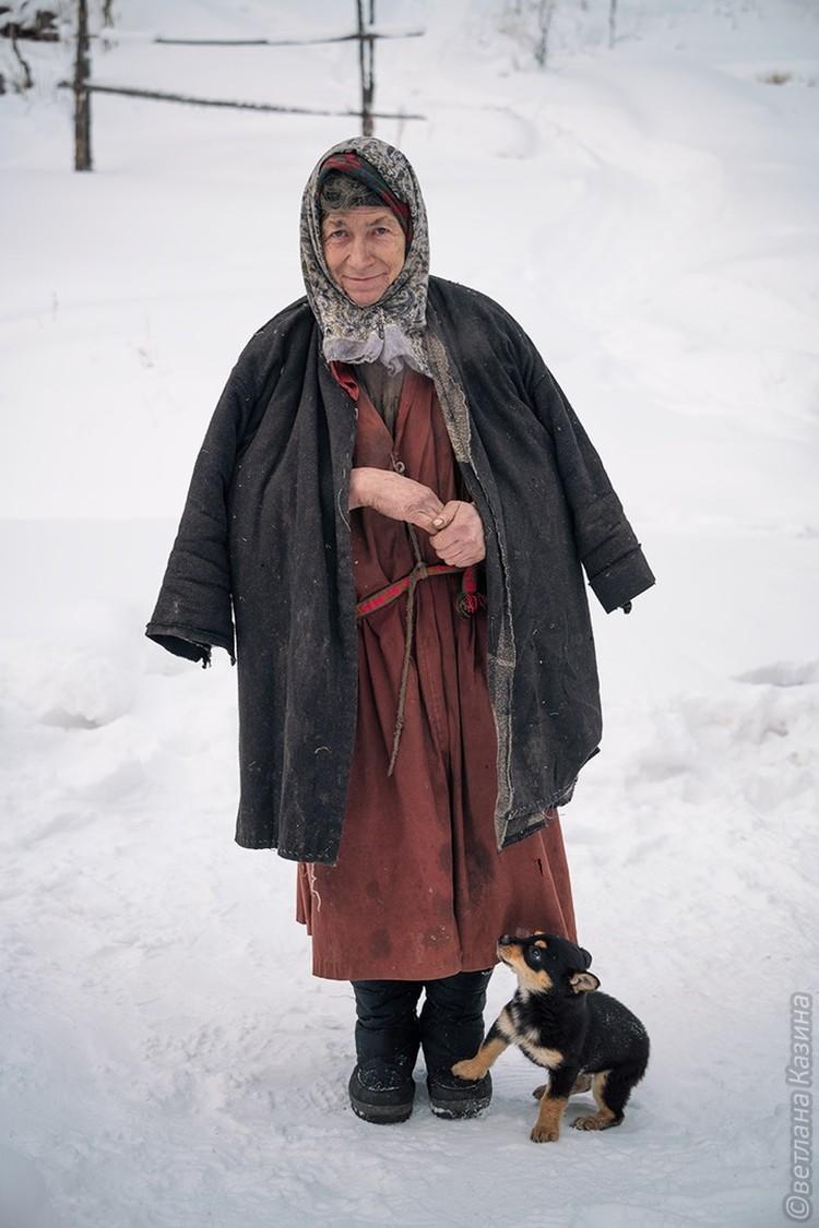Отшельница с подаренным ей щенком. Фото: Светлана КАЗИНА.