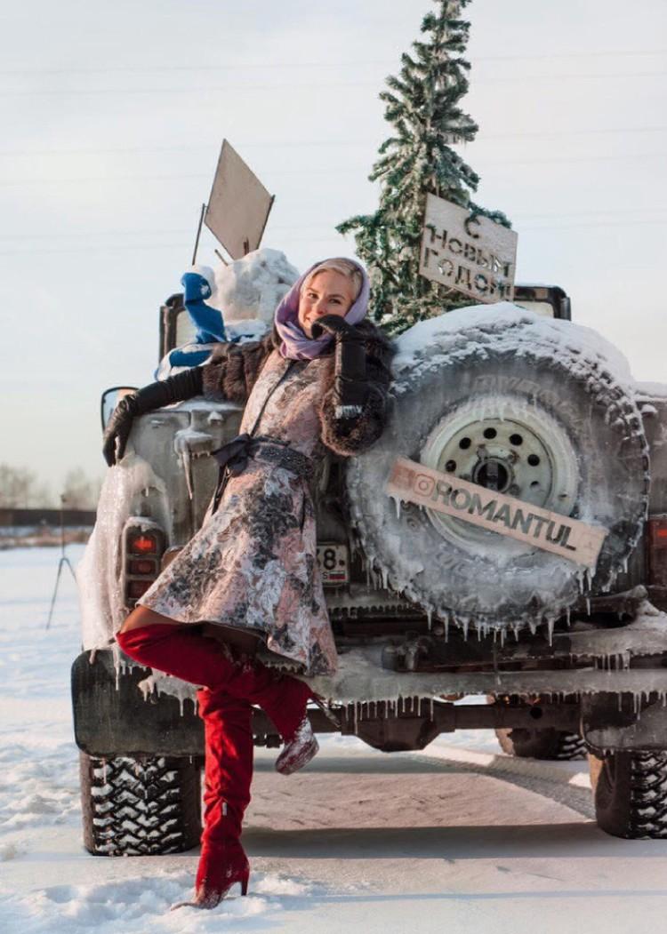 """Вот и Снегурочка уже успела сделать фото с ледяным """"конем""""."""
