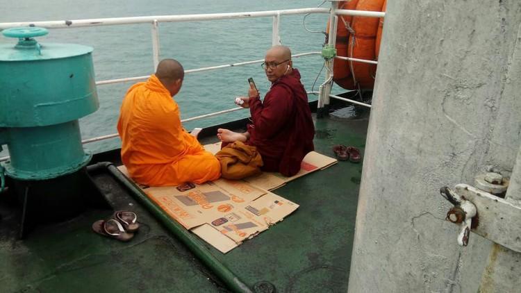 Панган покидают даже монахи.