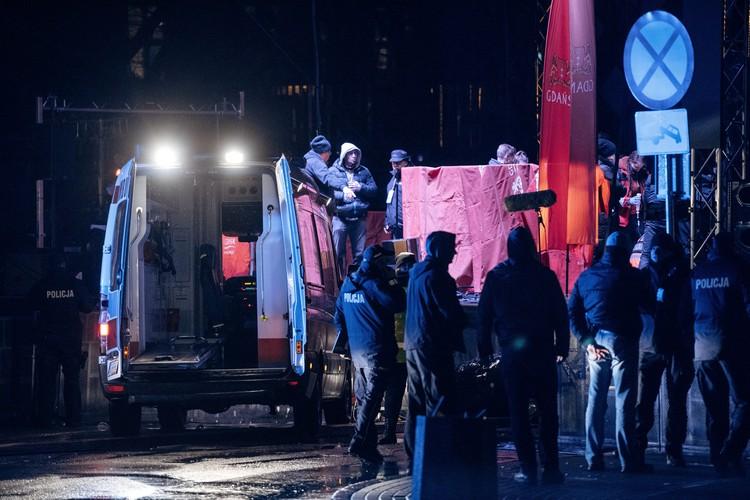 Медики долго проводили реанимационные мероприятия Адамовичу на сцене