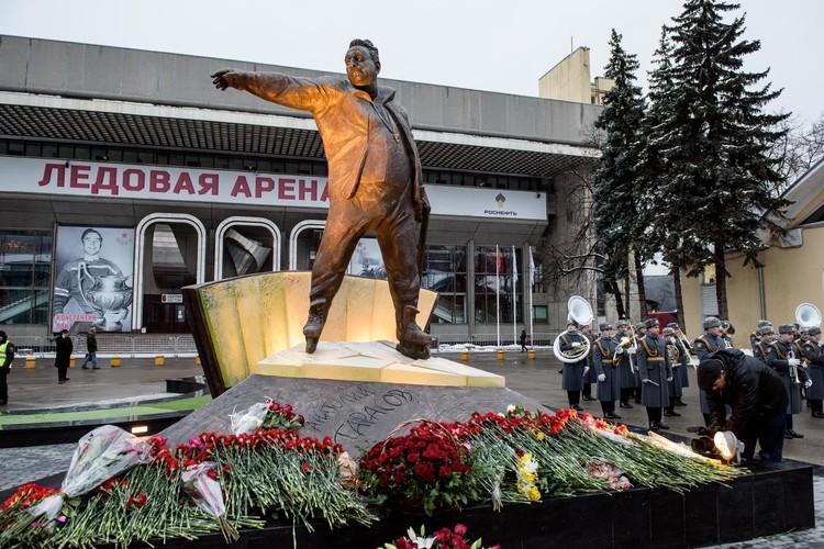 Памятник легендарному хоккеисту открыли в день его 100-летия.