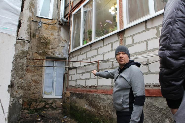 Соседи помогли семье Руденко выбраться на улицу через окно.