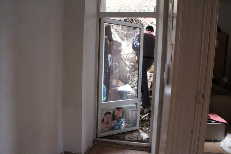 Подпорная степа упала на кухню-пристройку к квартире многодетной семьи и завалила выход.