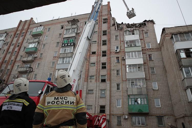 Спасателям пришлось работать на высоте, опасаясь, что конструкция дома будет рассыпаться и дальше.