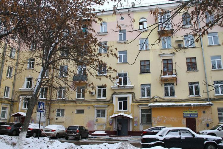 В старенькой пятиэтажке на улице Краснодонцев каждая собака знает, что здесь жил тот самый Дмитрий Макаров.