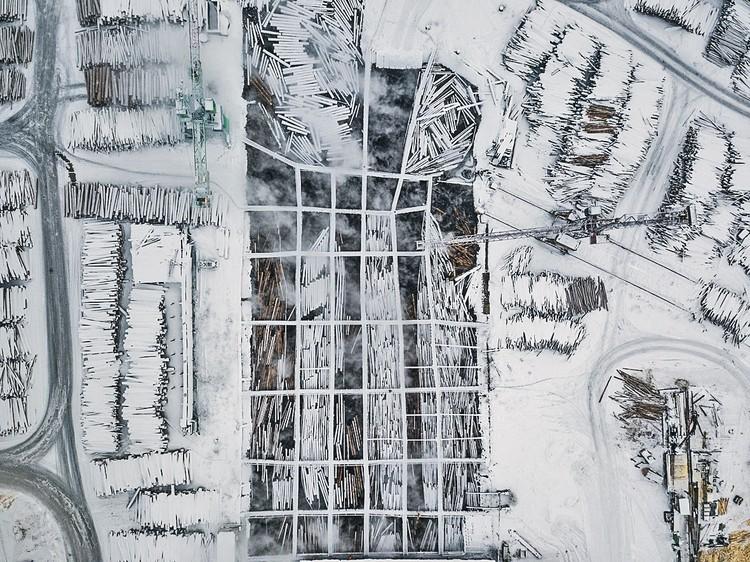 Перед распилом тайга проходит через огонь и воду - гидротермическую обработку. С высоты птичьего полета (нашего квадрокоптера) это выглядит апокалиптически.