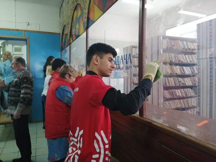 Волонтеры моют окна и стекла