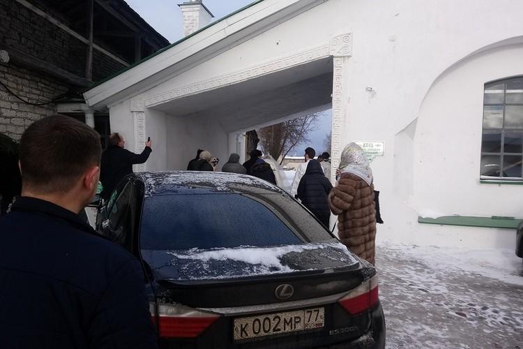 20 января на легковом автомобиле супруги Андрей Кончаловский и Юлия Высоцкая подъехали к Троицкому собору в Пскове. Здесь спустя 20 лет брака они решили обвенчаться. Фото: ПЛН.