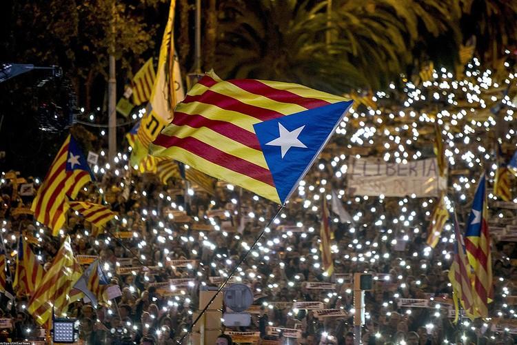 Многотысячный митинг сторонников независимости Каталонии в Барселоне.
