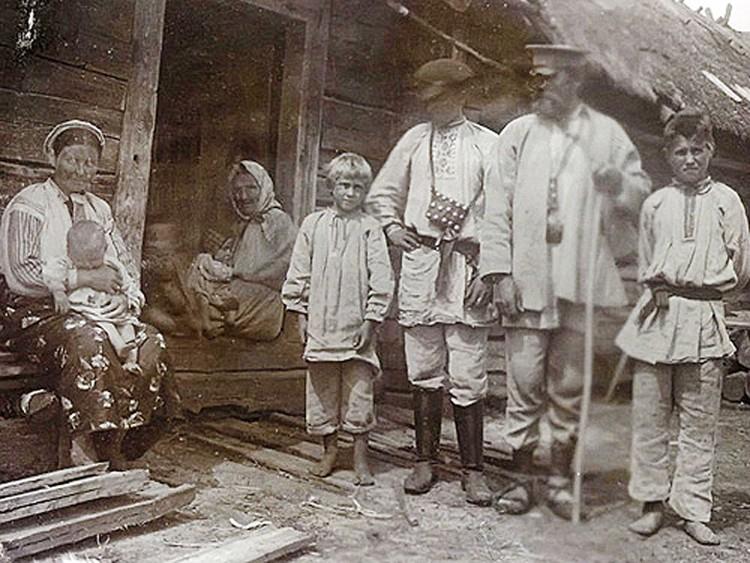Этнограф начала ХХ века Исаак Сербов снял крестьянскую семью у их дома – обратите внимание, какой высокий у него порог! Фото: gants-chas.by