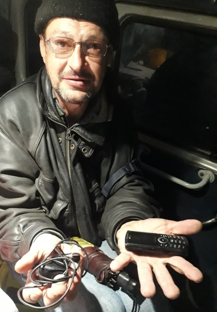 Телефон Виталию подарил один из студентов медколледжа. Фото: проект «Другая медицина».