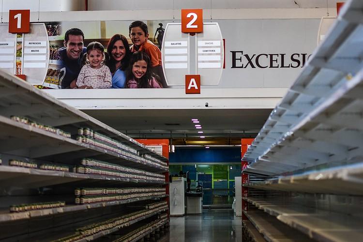 Пустые полки супермаркета в Каракасе, январь 2018 г.