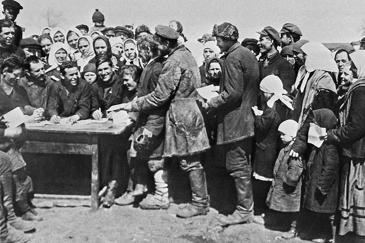 Крестьяне подают заявления о вступлении в колхоз, 1930 год. Репродукция Фотохроники ТАСС.