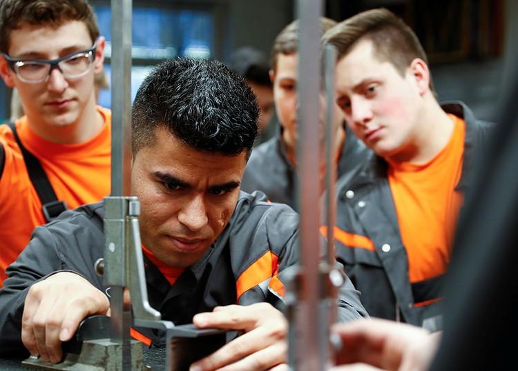 Германия при всем желании уже не может сегодня обойтись без мигрантов. На их долю приходится более 60% рабочих мест с тяжелыми, вредными условиями
