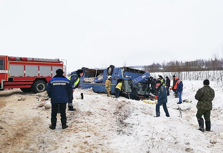 Последствия страшной аварии, которая произошла утром воскресенье , 3 февраля, в Калужской области до сих пор устраняют сотрудники МЧС