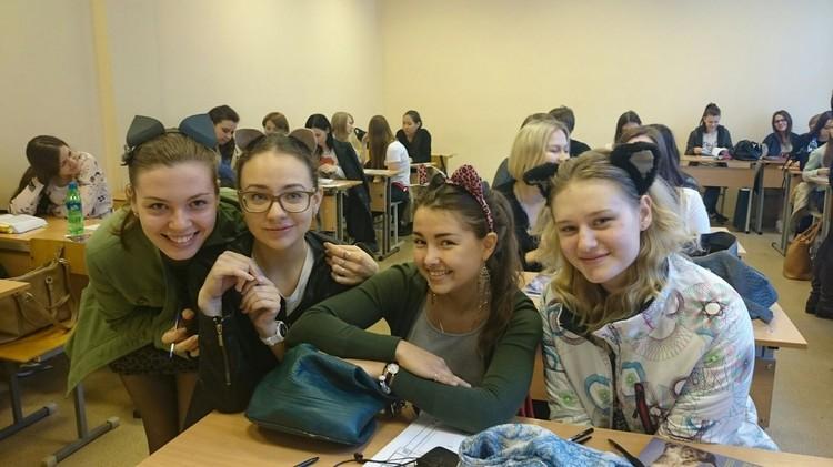 Студентки перед очередной лекцией. Фото: группа «ВКонтакте» «Надежда Савична и ее рыбы»