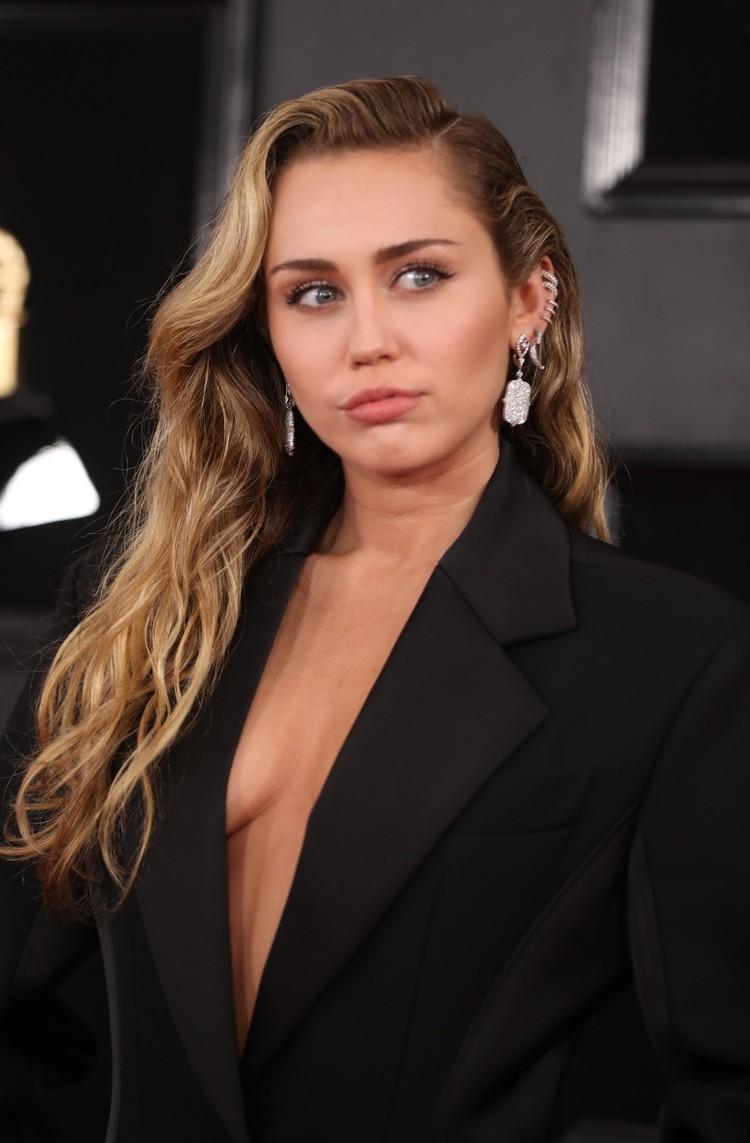 Певица выпорхнула на дорожку в черном брючном костюме на голое тело.