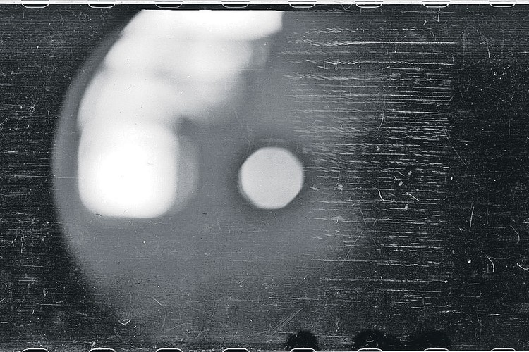 Этот загадочный снимок был сделан дятловцами перед гибелью. Есть мнение, что туристы засняли те самые огненные шары. Фото: Фонд памяти группы Дятлова