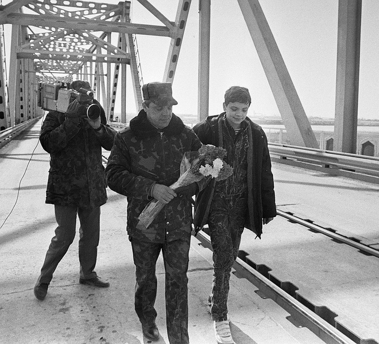 1989 год. Генерал-лейтенант Борис Громов и его сын Максим покидают Афганистан. ФОТО Ходжаев И., Юсупов Борис/Фотохроника ТАСС