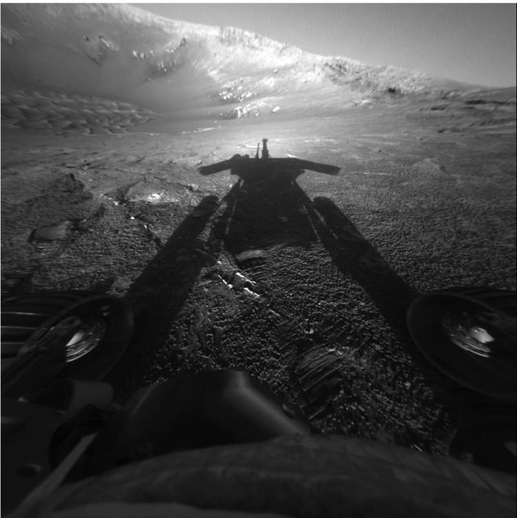 В день прибытия на Марс Opportunity снял собственную тень.