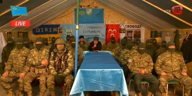 """Штаб """"гражданской блокады Крыма"""" в марте 2016 года. Ислямов - за столом в центре. Фото: скриншот с видеозаписи"""