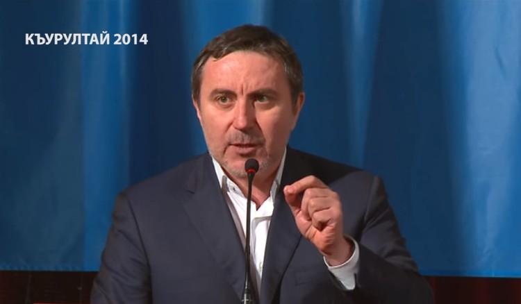 Ислямов выступает на заседании курултая крымскотатарского народа в 2014 году. Фото: скриншот