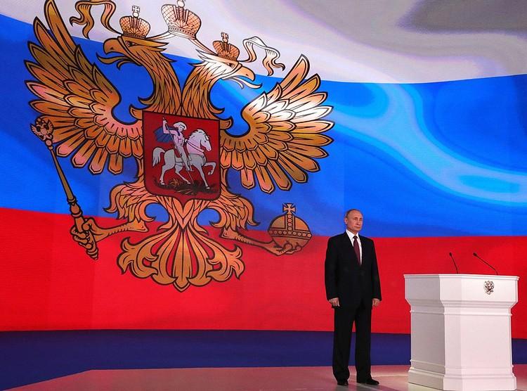 Владимир Путин во время исполнения Гимна России после оглашения Послания Федеральному собранию в 2018 году. Фото Алексей Никольский Zuma/TASS.